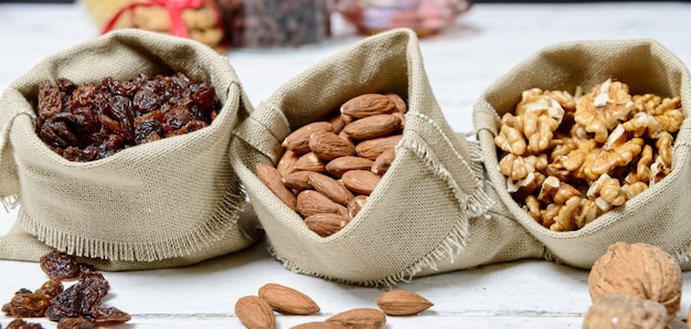 Sortiment von getrockneten früchten in kleinen taschen leinwand