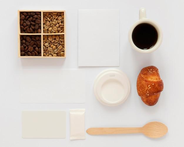 Sortiment von kaffee-markenelementen auf weißem hintergrund