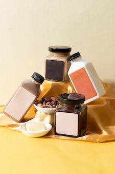 Sortiment von mandelprodukten in flaschen