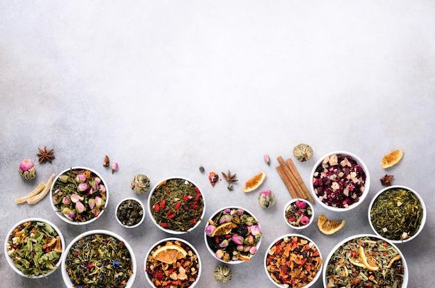 Sortiment von trockenem tee in schüsseln.