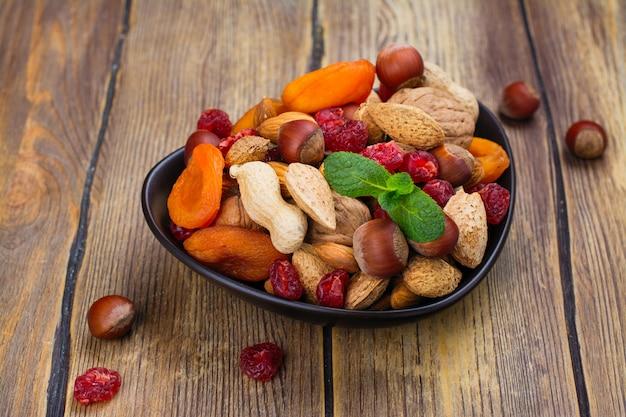 Sortiment von trockenfrüchten und nüssen