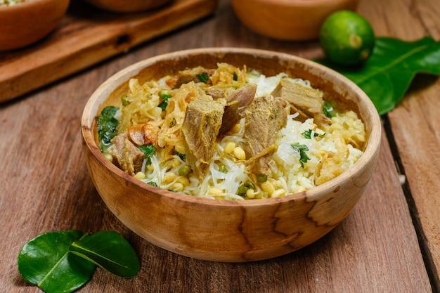 Soto sapi oder soto daging ist eine indonesische spezialsuppe. dieses gericht aus rinderbrühe mit fleischkotelett. beliebtes menü für idul adha oder daily