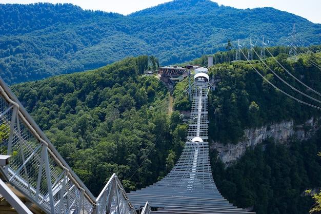 Sotschi, russland skypark aj hackett sotschi befindet sich im nationalpark sotschi. längste hängebrücke der welt