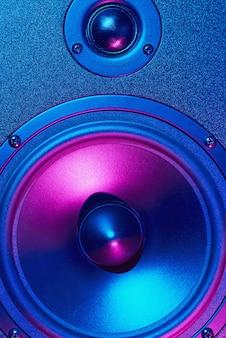 Sound audio lautsprecher mit neonlichtern. dynamische monitornahaufnahme. kreativer hintergrund