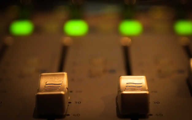 Sound control panel im professionellen aufnahmeraum