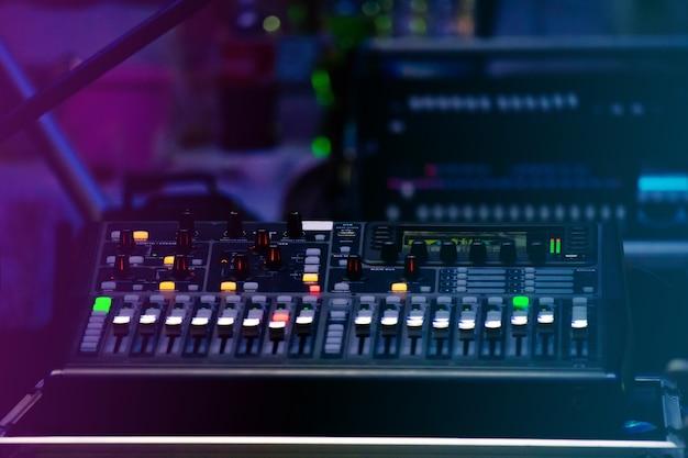 Sound control set in einem festival, das nachts gefeiert wird