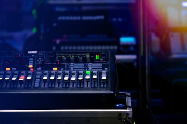 Sound-control-set in einem festival in der nacht gefeiert
