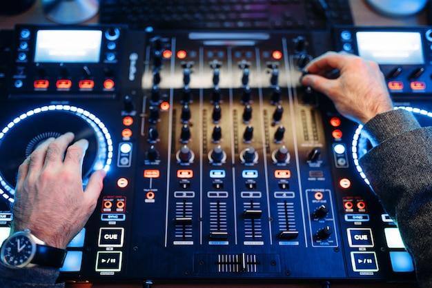 Sound operator übergibt die fernbedienung