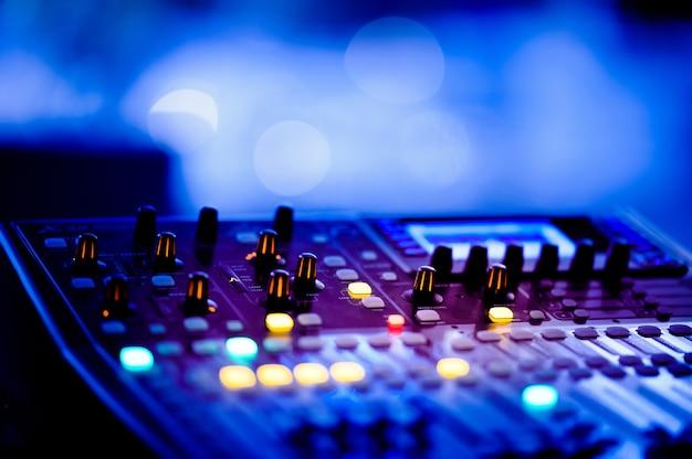 Soundcheck für konzert, mischpultsteuerung, musikingenieur, backstage