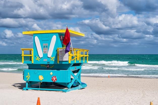 South beach, miami, florida, rettungsschwimmerhaus im farbenfrohen art-deco-stil am bewölkten blauen himmel und atlantik im hintergrund, weltberühmter reisestandort