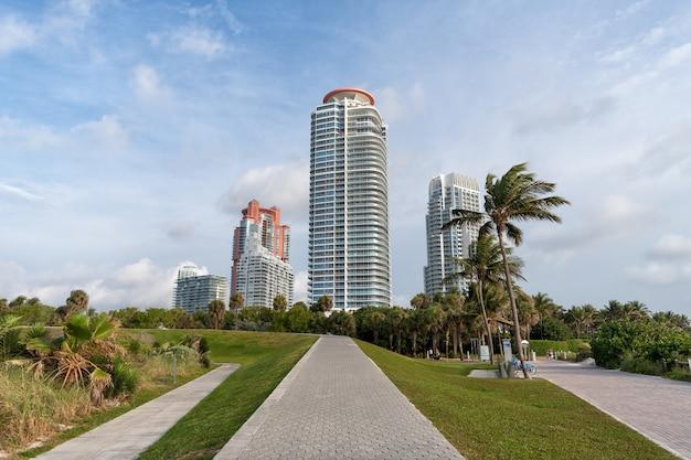 South pointe park gehwege miami beach in florida, usa. gehwege mit wolkenkratzern im himmelshintergrund. kurort. städtische skyline. reiseziel. sommerurlaub.