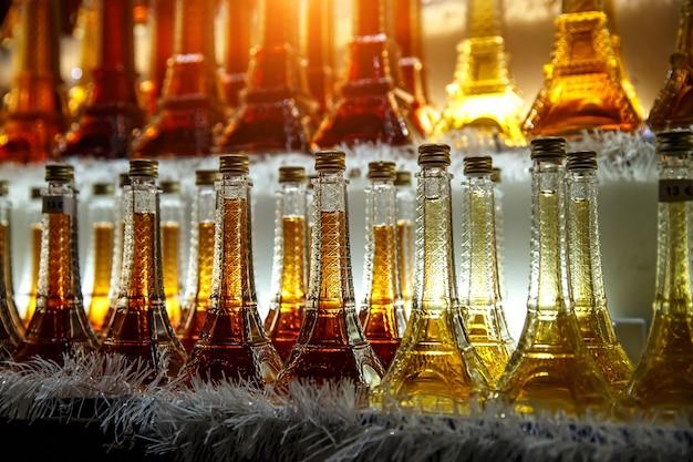 Souvenirladen in paris, französischer wein in flaschentürmen zum verkauf.