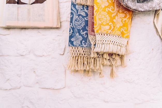 Souvenirs im verkauf für touristen, die in den geschäften der italienischen stadt alberobello ausgestellt sind.