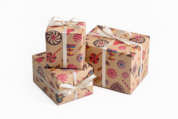 Souvenirs und geschenke für liebe menschen in eleganten farbigen verpackungen für verschiedene feiertage.