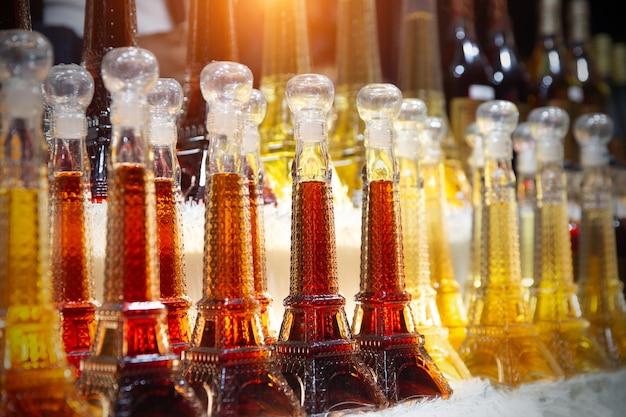 Souvenirshop in paris, französischer wein in flaschen-eiffeltürmen zum verkauf.