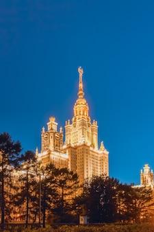 Sowjetische architektur der universität von lomonossow in der abenddämmerung