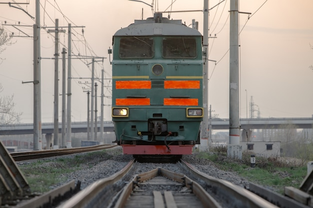 Sowjetische mächtige diesellokomotive auf der eisenbahn