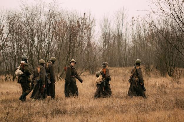 Sowjetische soldaten während des zweiten weltkriegs auf dem feld mit trockenem gras. herbst, gomel, weißrussland