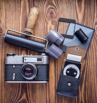 Sowjetische vintage-kamera, belichtungsmesser und andere insignien der filmfotografie.