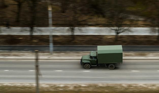 Sowjetischer fracht alter lkw auf der straße
