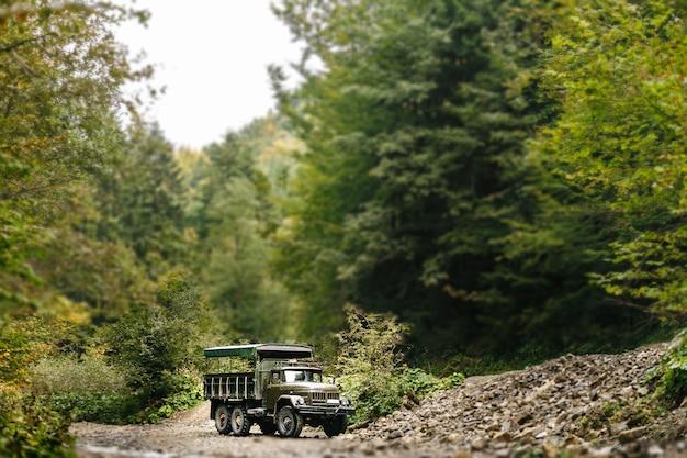 Sowjetischer lastwagen in den karpaten befördert menschen auf exkursionen.