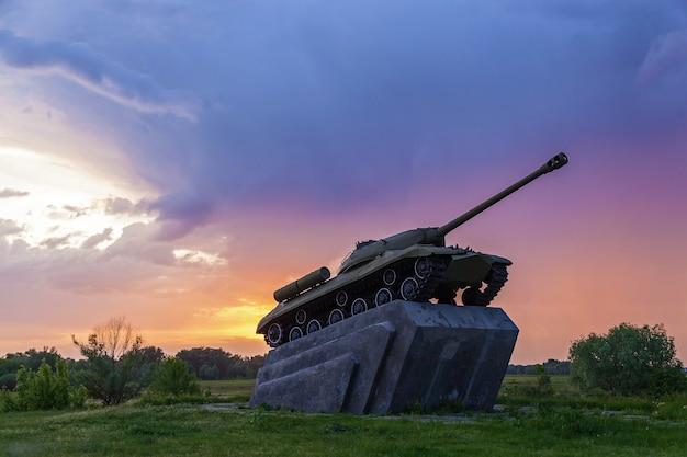 Sowjetischer mittlerer panzer t-34-85 des zweiten weltkriegs.panzer vor dem hintergrund des sonnenuntergangs und der gewitterwolken