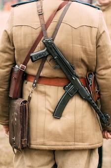 Sowjetischer offizier der roten armee mit pps auf dem rücken