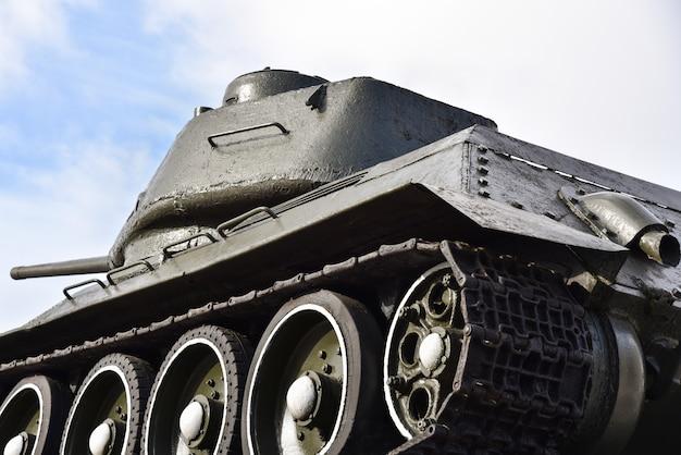 Sowjetischer russischer militärischer alter panzer auf hintergrund des blauen himmels