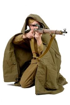 Sowjetischer scharfschütze mit seinem gewehr