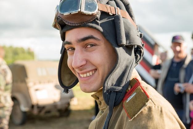 Sowjetischer soldat mit helm und schutzbrille