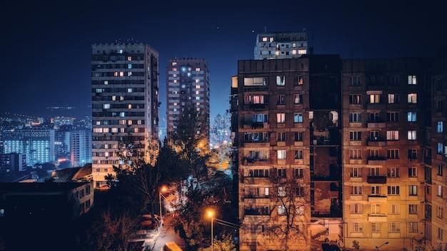 Sowjetisches stadtgebäude bei nacht