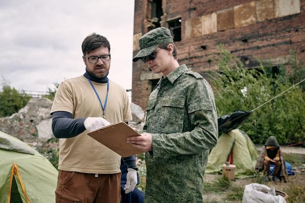Sozialarbeiter im gespräch mit soldaten