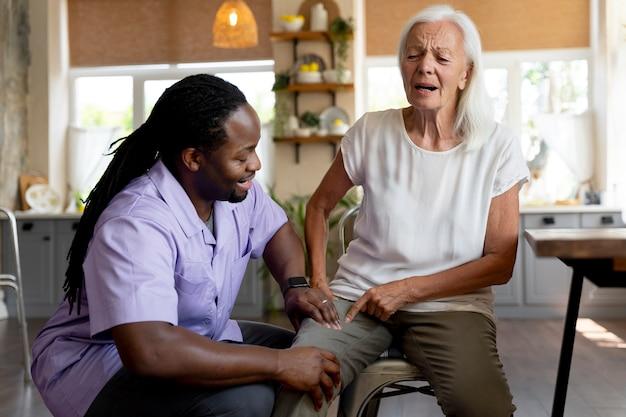 Sozialarbeiterin hilft einer älteren frau