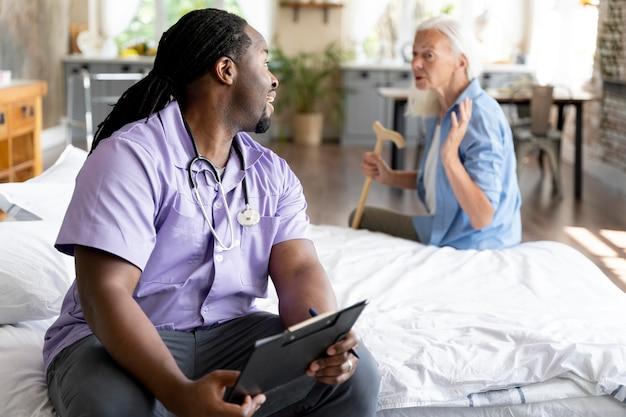 Sozialarbeiterin kümmert sich um eine ältere frau