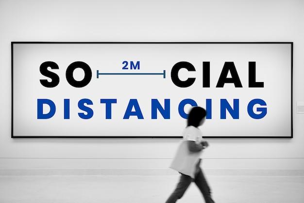 Soziale distanzierungsanzeige auf plakatwand