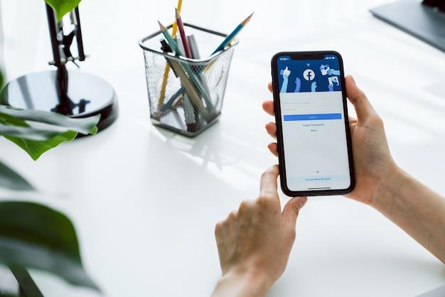 Soziale medien nutzen den informationsaustausch und die vernetzung