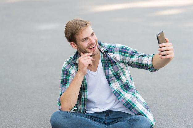 Soziale netzwerke. bester freund des smartphones. mobile kommunikation. 4g-internet. nützliche anwendung. smartphone immer dabei. college-student verwendet smartphone. online lernen. moderne technologien.