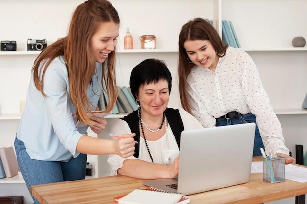 Soziale weibliche versammlung beim surfen im internet