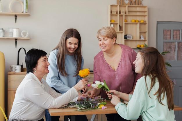 Soziale weibliche versammlung, die um den tisch sitzt