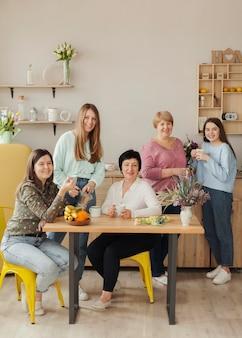 Soziale weibliche versammlung, die zusammen glücklich ist