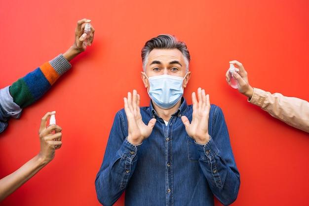 Soziales distanzkonzept mit desinfektionsmittel