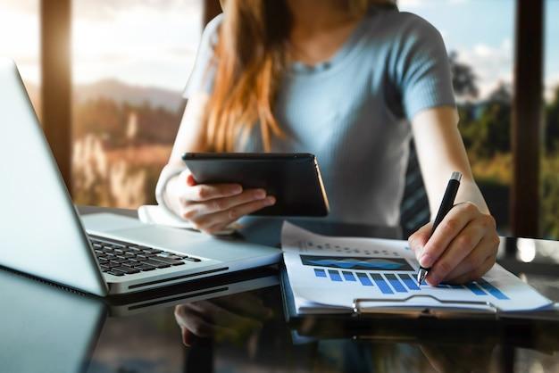 Soziales netzwerk für digitale marketingmedien, mobile app im virtuellen symboldiagramm. und business mit smartphone und tablet als konzept