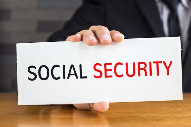 Sozialversicherungsmitteilung auf weißem brett