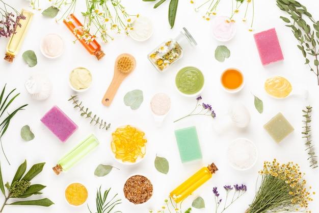 Spa aromatherapie blumen, flache lage verschiedener schönheitspflegeprodukte mit einfachen kamillenblüten verziert.