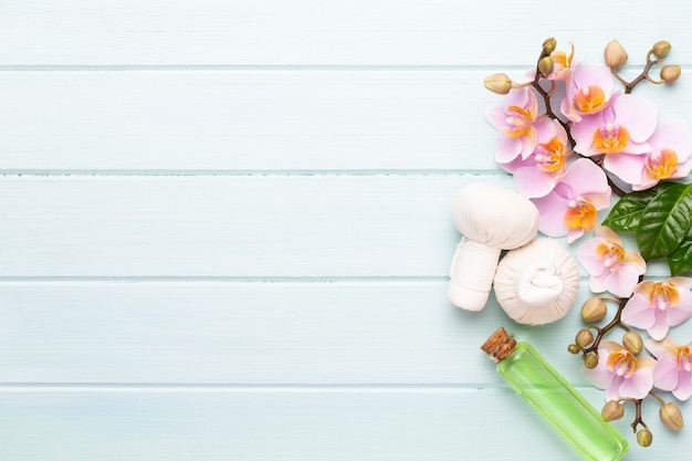 Spa aromatherapie hintergrund, flache lage von verschiedenen schönheitspflegeprodukten dekoriert
