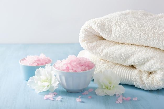 Spa-aromatherapie mit azaleenblüten und kräutersalz
