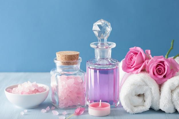 Spa-aromatherapie mit rosenblüten-parfüm und kräutersalz