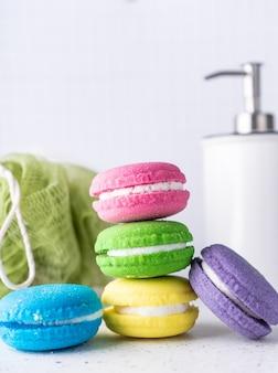 Spa-behandlung badebomben in form von bunten kuchen mit aromatischen ölen leuchtend zarten farben