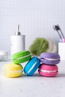 Spa-behandlung badebomben in form von farbigen kuchen mit aromatischen ölen leuchtend zarten farben