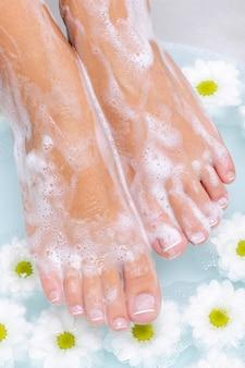 Spa-behandlung eines schönen weiblichen fußes im wasser